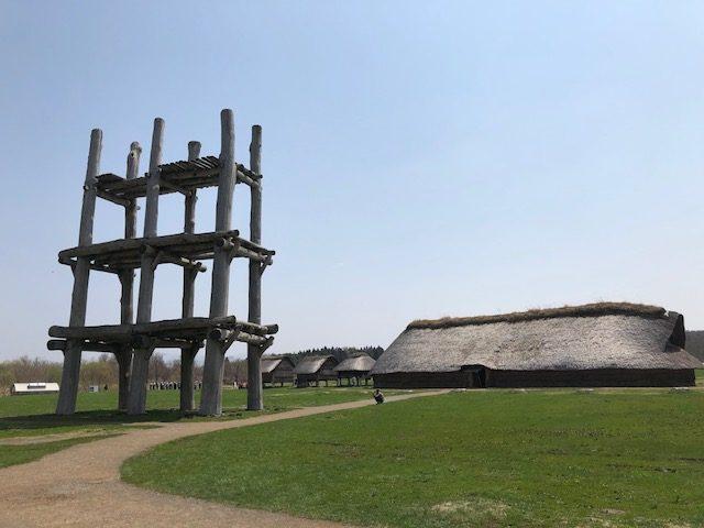 特別史跡三内丸山(さんないまるやま)遺跡は日本最大級の縄文集落跡