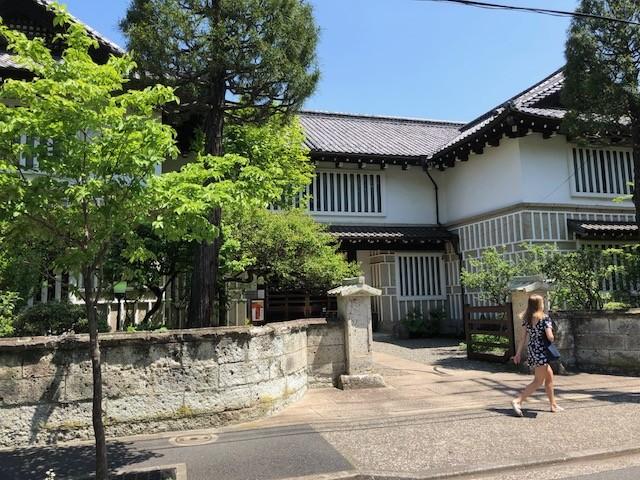 美の対象として顧みられることのなかった民藝品の中に、「健康な美」や「平常の美」といった大切な美の相が豊かに宿ることを発見し、そこに最も正当な工芸の発達を見出した柳が作った日本民藝館。