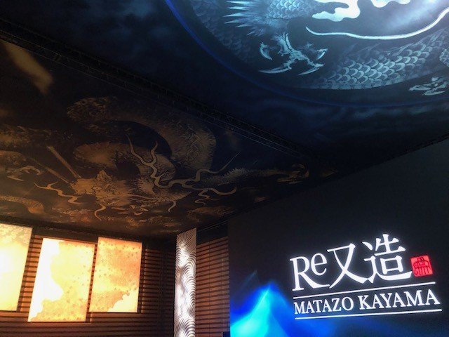 身延山久遠寺の天井画の制作風景が巨大なディスプレーで観ることができる。