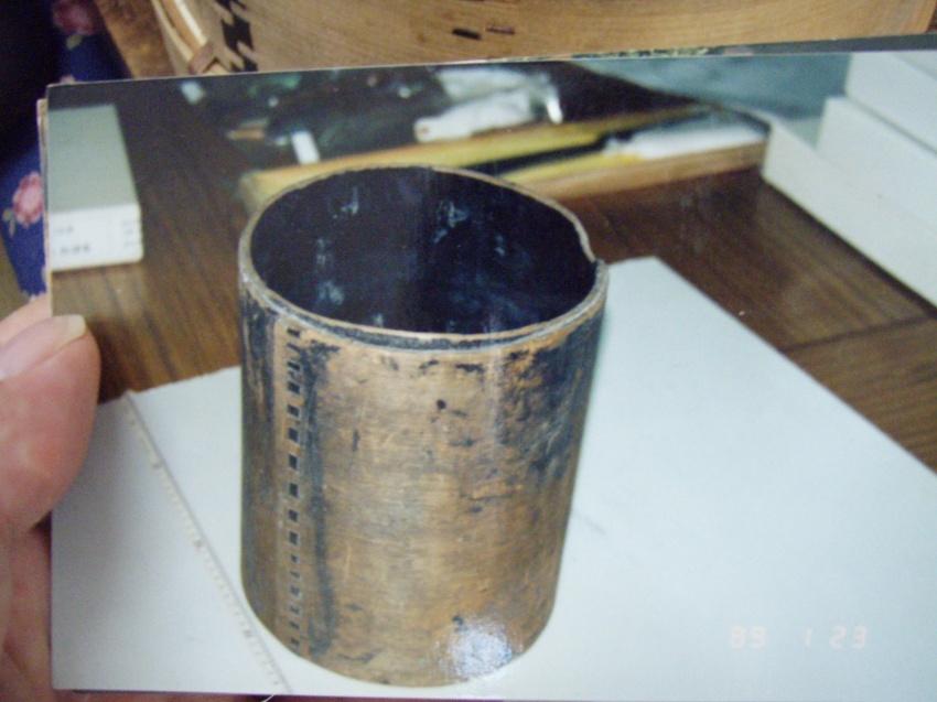 広島県立歴史博物館に展示されている広島県福山市の草戸千軒町遺跡(鎌倉~室町時代)から出土した水桶は、曲物の技術。