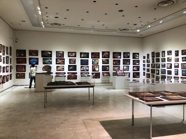 パレット館では作家から譲り受けたパレットが展示されている。それぞれのパレットには作家の特徴が出ています。