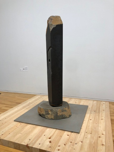 イサム・ノグチ《アーケイック》 1981 玄武岩 香川県立ミュージアム