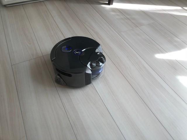 Dyson 360 Eyeが自動でお掃除。