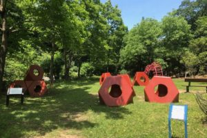 オクテトラはイサム・ノグチを代表する遊具彫刻のデザインとして有名で、各地の公園や広場に置かれています。