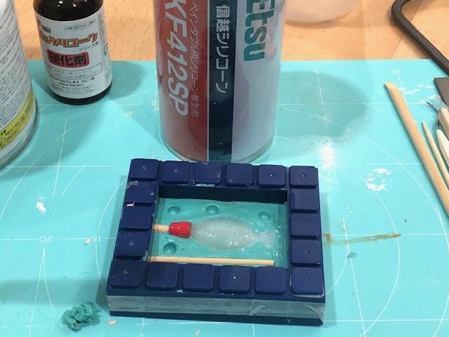 シリコン離型剤を塗布する。