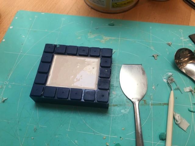 さっきと同じように、離型剤をたっぷり塗布してから流し込みます。