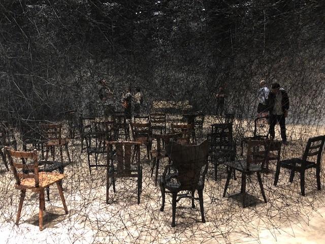 塩田千春 《静けさの中で》 2008年 焼けたピアノ、焼けた椅子、黒毛糸