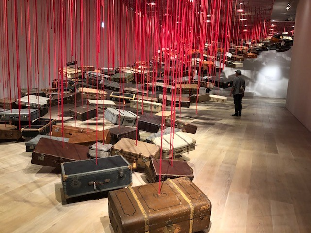 塩田千春 《集積―目的地を求めて》 2016年 スーツケース、モーター、赤ロープ
