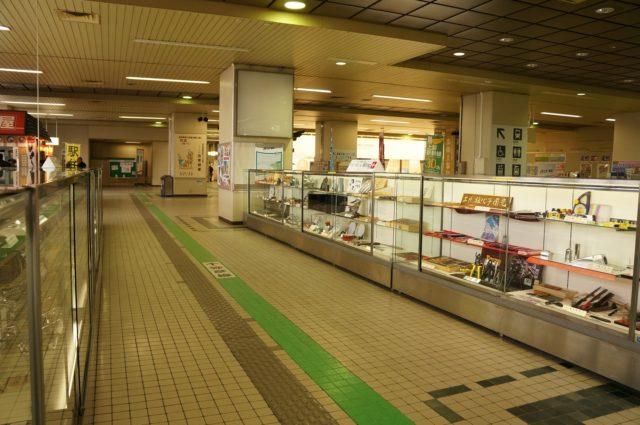 新幹線の燕三条駅を降りると、駅構内に「燕三条駅観光物産センター WING」がある。