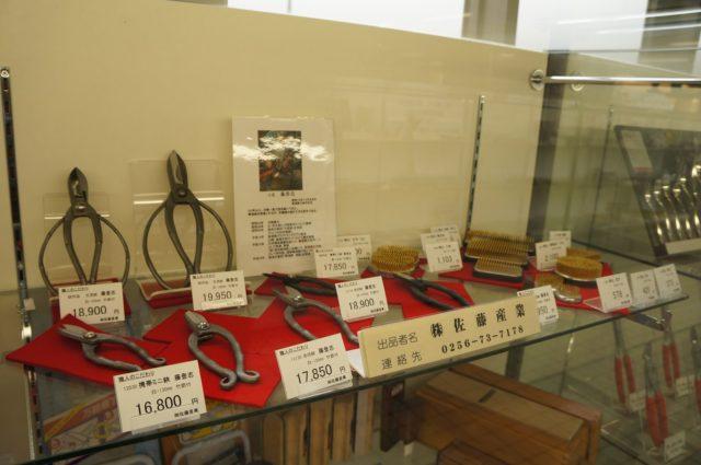 市内の工場で作られた金属製品がガラスケースに陳列されている。